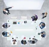 Geschäftsleute, die eine Sitzung im Büro haben Stockfotografie