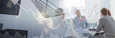 Geschäftsleute, die eine Sitzung mit Finanzdiagrammübergangseffekt haben stockbild