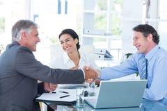 Geschäftsleute, die eine Vereinbarung erreichen Stockfotografie
