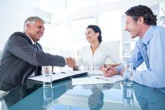 Geschäftsleute, die eine Vereinbarung erreichen Lizenzfreies Stockfoto
