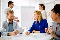 Geschäftsleute, die eine Vorstandssitzung haben lizenzfreie stockfotos