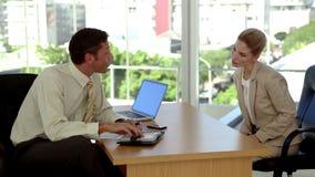 Geschäftsleute, die eine Zusammenkunft festlegen stock video