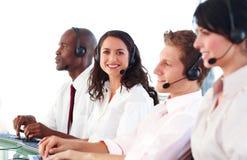 Geschäftsleute, die in einem Büro arbeiten Lizenzfreie Stockfotos