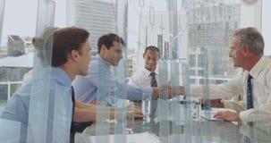 Geschäftsleute, die in einem Büro und in den Diagrammen 4k sich besprechen stock abbildung