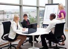 Geschäftsleute, die in einem Büro zusammenarbeiten