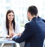 Geschäftsleute, die in einem modernen Büro sich treffen Stockfoto