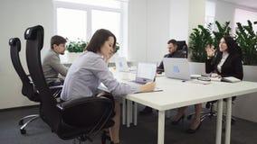 Geschäftsleute, die an einem Tisch im Büro arbeiten stock video