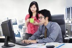 Geschäftsleute, die einen Computer im Büro verwenden Lizenzfreies Stockfoto