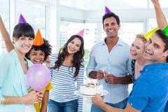 Geschäftsleute, die einen Geburtstag feiern stockfotos