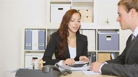 Geschäftsleute, die in einer Sitzung sprechen stock footage