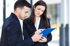 Geschäftsleute, die einige Dokumente lesen Stockfotos