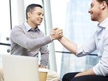 Geschäftsleute, die Erfolg feiern Stockfotos