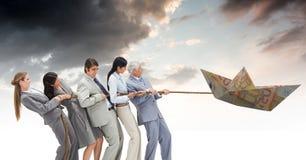 Geschäftsleute, die Eurogeldpapierboot im Himmel mit Seil ziehen Lizenzfreie Stockfotos