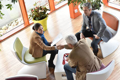 Geschäftsleute, die für das Treffen zusammentreten Lizenzfreie Stockfotos