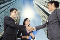 Geschäftsleute, die für die neue Partnerschaft beglückwünschen