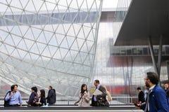 Geschäftsleute, die in Fieramilano, Milan Exhibition Center, Italien gehen Stockfoto