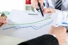 Geschäftsleute, die Finanzergebnisse analysieren Stockfotografie