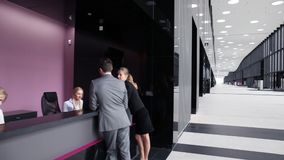 Geschäftsleute, die Formen füllen stock footage