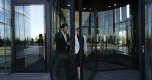 Geschäftsleute, die Gebäude lassen stock footage