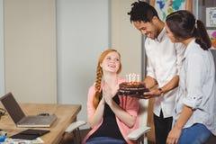 Geschäftsleute, die Geburtstag des Kollegen feiern Stockbild
