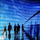 Geschäftsleute, die gehendes Diskussions-Konzept austauschen lizenzfreie stockfotografie
