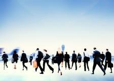 Geschäftsleute, die gehendes Flughafen-Reise-Konzept hetzen Lizenzfreies Stockbild
