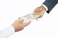 Geschäftsleute, die Geld anhalten Lizenzfreies Stockbild