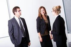 Geschäftsleute, die Gespräch haben Stockbild