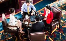 Geschäftsleute, die Gespräche am Restaurant haben lizenzfreie stockfotos