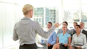 Geschäftsleute, die Grad während der Sitzung halten