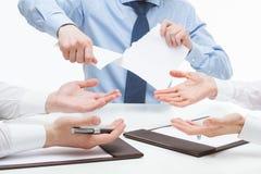 Geschäftsleute, die grausam Dokumente zerreißen lizenzfreies stockfoto
