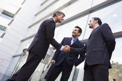 Geschäftsleute, die Hände außerhalb des Büros rütteln Lizenzfreie Stockfotos