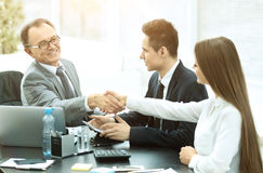 Geschäftsleute, die Hände, ein Abkommen machend rütteln und beenden, oben sich zu treffen Lizenzfreies Stockbild
