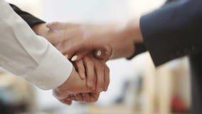 Geschäftsleute, die Hände in einer Sitzung im Büro stapelnd verbinden Team Arbeit stock footage