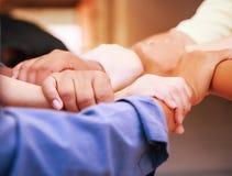 Geschäftsleute, die Hände in einer Sitzung im beweglichen Büro stapelnd verbinden Team Arbeit, Einheit, Harmonie, Zusammenarbeit, stockfoto