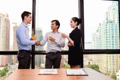 Geschäftsleute, die Hände für Erfolgsgeschäftsvereinbarung rütteln Stockfoto