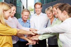 Geschäftsleute, die Hände für Motivation stapeln Stockfoto