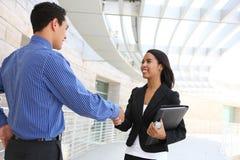 Geschäftsleute, die Hände im Büro rütteln lizenzfreies stockbild