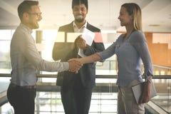 Geschäftsleute, die Hände im Büro rütteln Erfolgreiches Geschäft peo stockbild