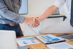 Geschäftsleute, die Hände in Konferenzzimmer, erfolgreiches Abkommen nachdem dem Treffen rütteln stockbilder
