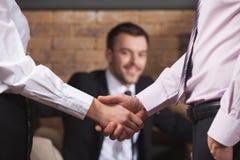 Geschäftsleute, die Hände nachdem dem Treffen im Café rütteln Stockbild
