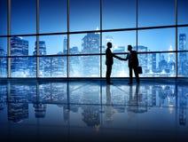 Geschäftsleute, die Hände in New York City rütteln Lizenzfreies Stockfoto