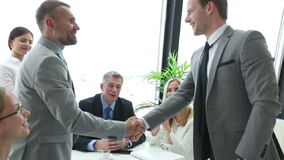 Geschäftsleute, die Hände rütteln stock video