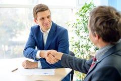 Geschäftsleute, die Hände rütteln, nachdem Vertrag unterzeichnet worden ist Personengesellschaftskonzept Stockfotos