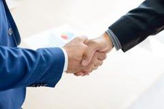 Geschäftsleute, die Hände rütteln Personengesellschaftskonzept Lizenzfreies Stockbild