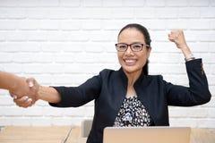 Geschäftsleute, die Hände rütteln, um die Vereinbarung zu beglückwünschen lizenzfreies stockbild