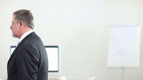 Geschäftsleute, die Hände sprechen und rütteln stock video