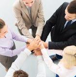 Geschäftsleute, die Hände stapeln lizenzfreie stockbilder
