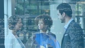 Geschäftsleute, die Hände und digitale Daten rütteln stock footage