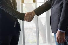Geschäftsleute, die Hand zum coorperate und Abkommen im Geschäft rütteln stockbild